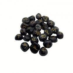 runas de granate con el alfabeto rúnico grabado en cada una de las piedras