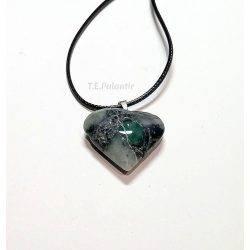 colgante de esmeralda en forma de corazón, con cordón de algodón.